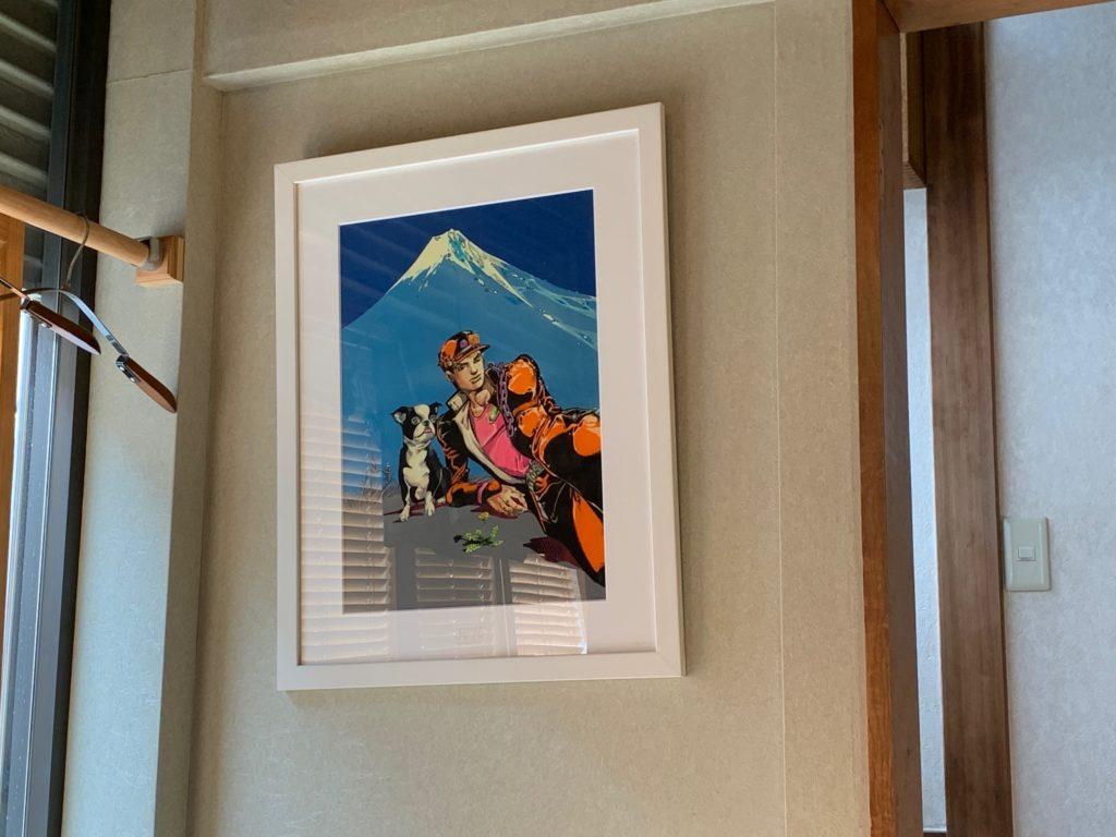 らすとらあだに飾られたジョジョ3部の承太郎とイギーの複製画