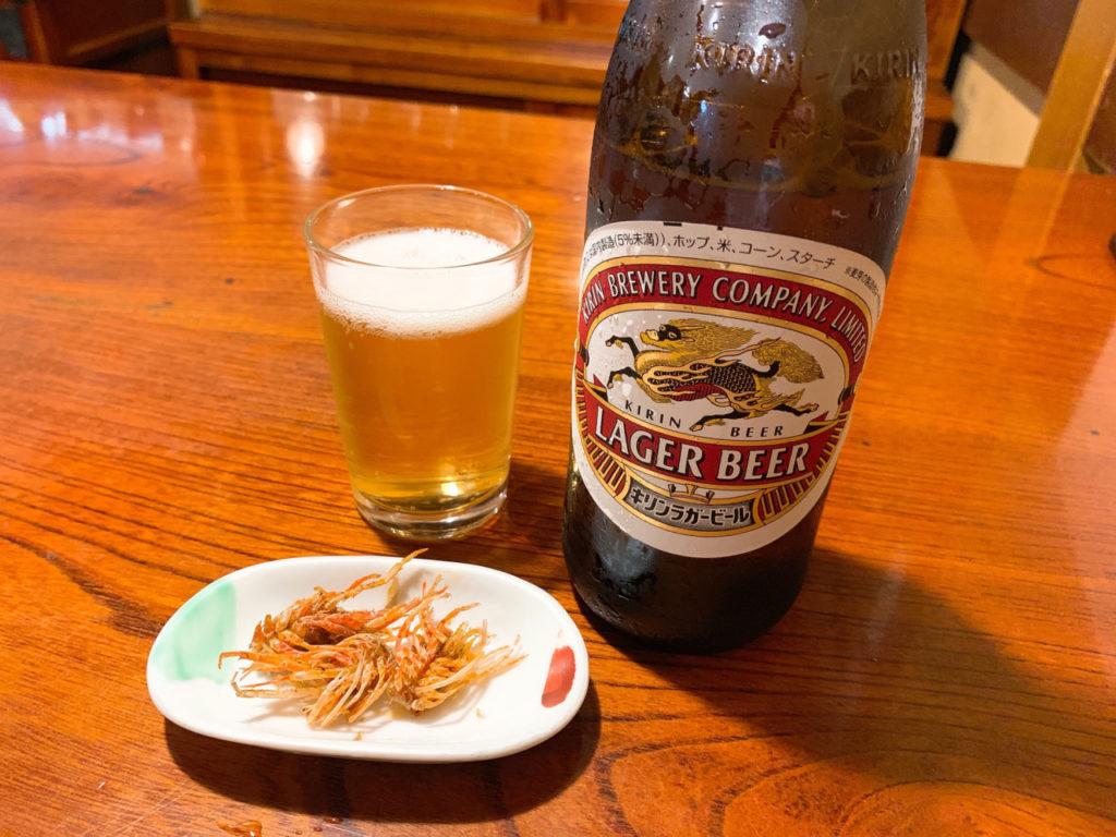 キリンラガービールとお通しの海老の頭の素揚げ