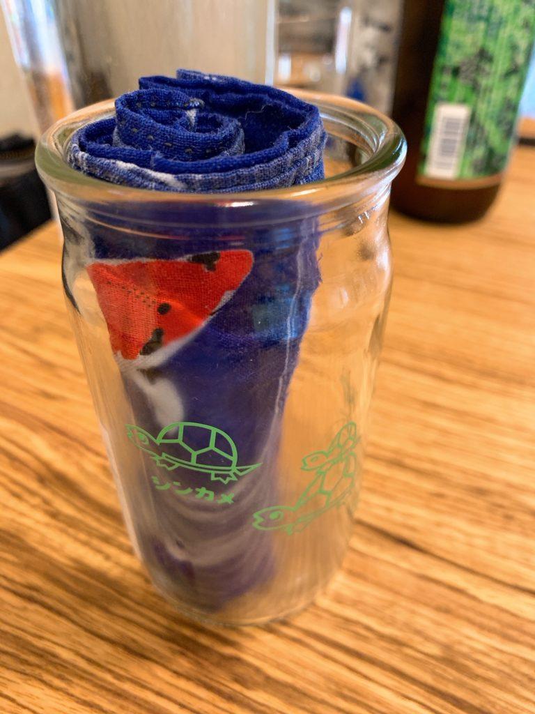 神亀純米清酒のワンカップの瓶に入れられたおしぼり