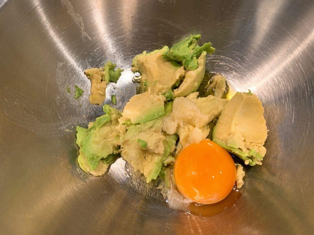 アボカドと卵黄とオリーブオイルとおろしにんにく
