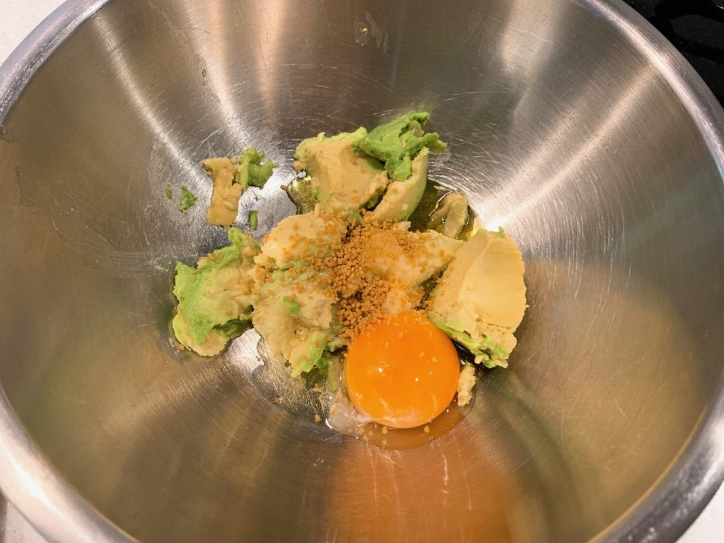 アボカドと卵黄とオリーブオイルとおろしにんにくとコンソメ